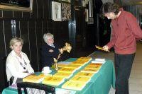 Stażysta Paweł Przybylski przegląda ostanią wystawę książek wydawnictwa ALAGOR