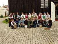 Wspólne zdjęcie z zespołem ludowym z Kiejdan pod kościołem Św. Józefa